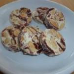 Süße Knabbereien aus Trockenfrüchten, Getreide, Nüssen und Schokolade