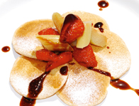 Buttermilchflädle mit Rhabarber-Erdbeer-Kompott und Schwarzriesling-Karamell