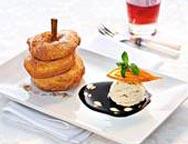 Apfelküchle mit Karamell-Biercreme-Eis