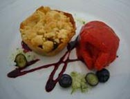 Apfelstreusel, Erdbeersorbet und Basilikumzucker