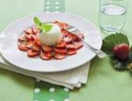 Buttermilchmousse mit Erdbeercarpaccio