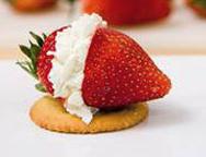 Mit Frischkäse gefüllte Erdbeeren