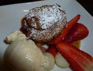 Warmer Schokoladenkuchen mit Erdbeeren