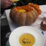 Rezepte zu Halloween: feurige Kürbissuppe im Kürbis serviert