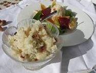 Geriebener Salat von schwarzem Rettich und Streuobstapfel