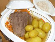 Tafelspitz in der Brühe, Gemüsestreifen und Kartoffeln