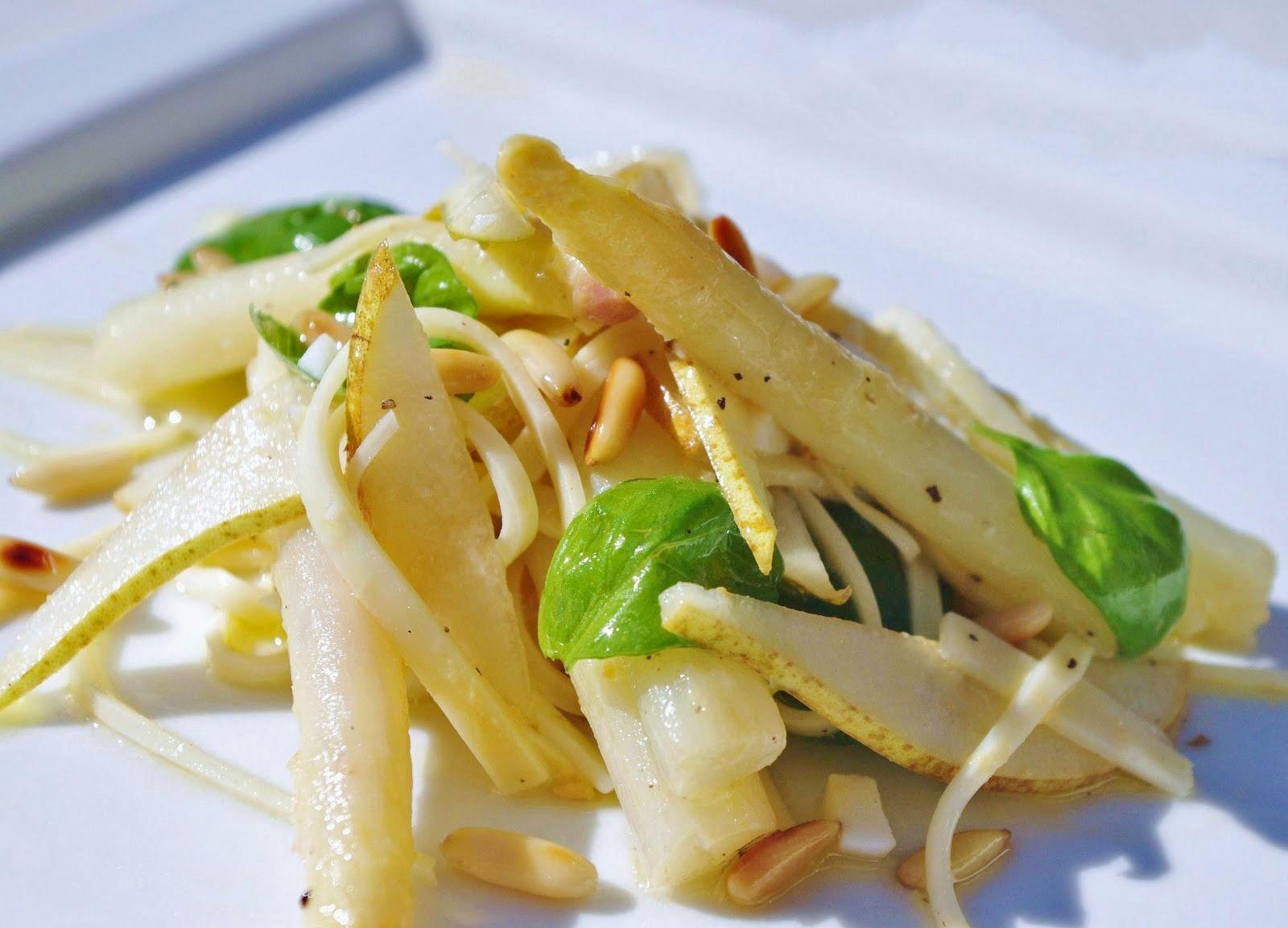Spargelsalat mit Birnen und Käse