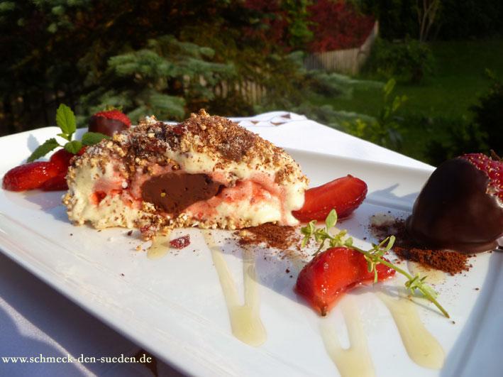 Knusprige Eisbombe mit Vanille-, Erdbeer-, Schokoladenkern