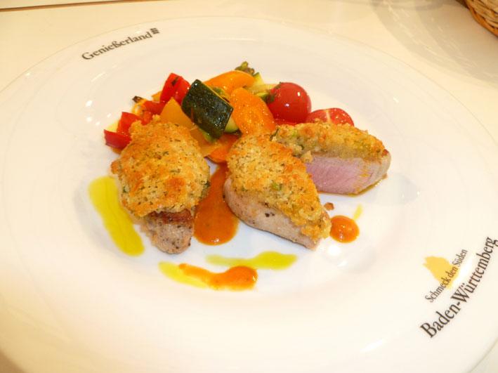 Sommerliche Rezepte: Schweinefilet mit Blüten-Kräuterkruste und Gemüse