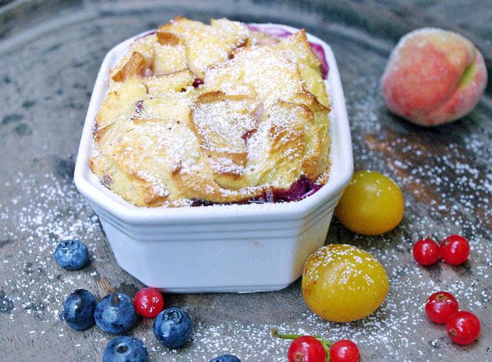 Ofenschlupfer mit frischen Beeren und Früchten