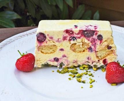 Vanille-Halbgefrorenes mit frischen Beeren