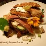 Mein Abendessen: Nussweckle mit Forelle, Sahnemeerrettich,Schieben von Höri Bülle Zwiebeln, Gurken und reichlich Kapuzinerkresse.
