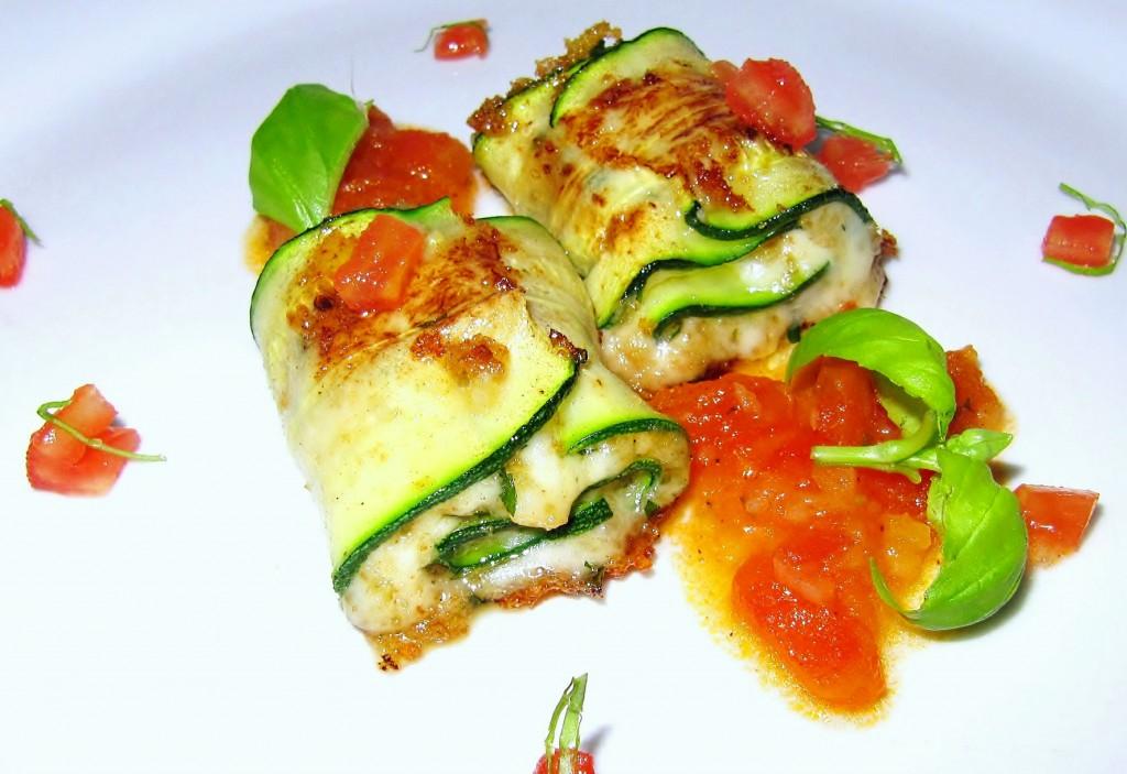 Zucchini-Rouladen mit Tomaten
