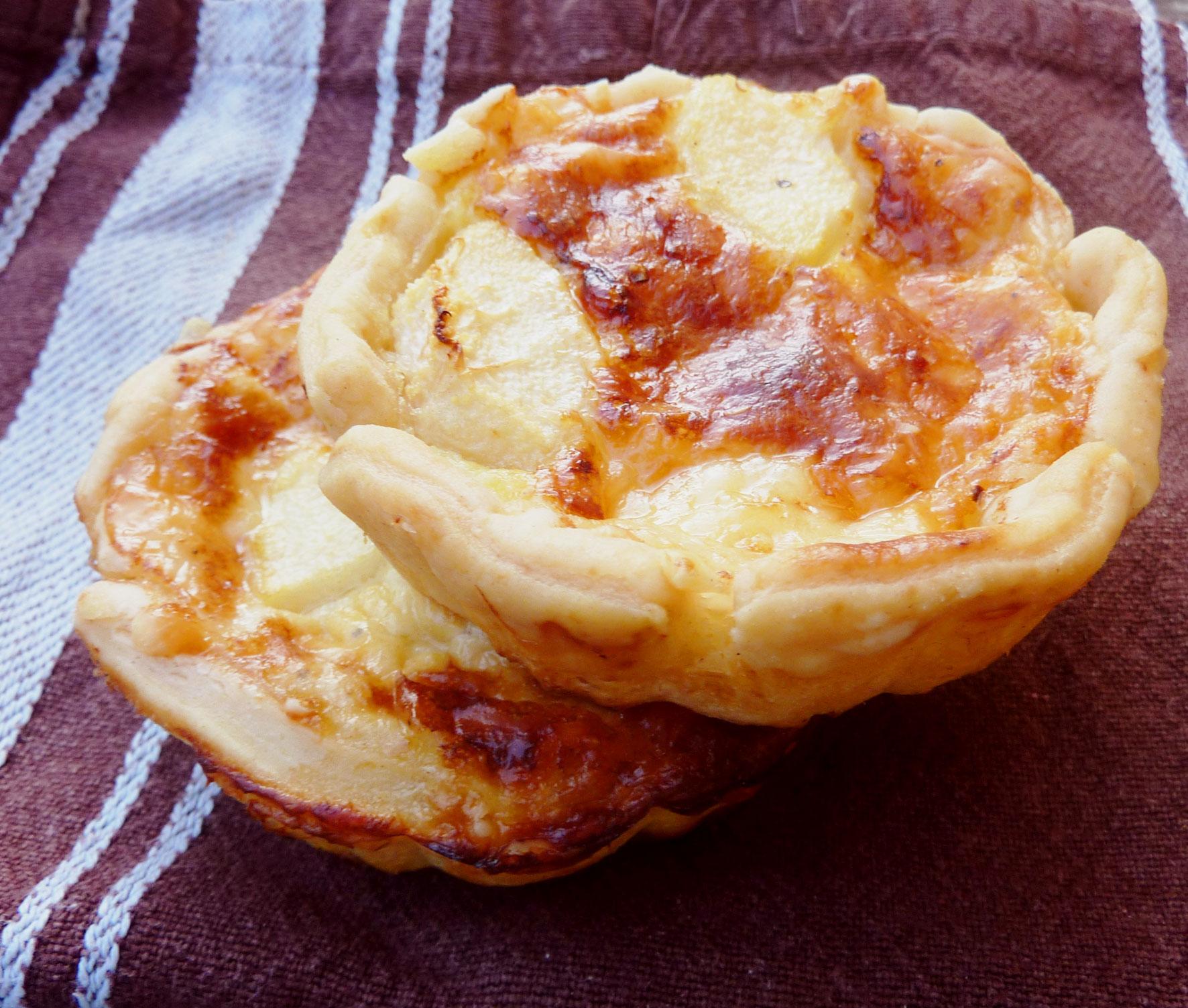 Käse-Tartelettes mit Birnenschaumwein