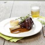 Ein köstliches Herbstgericht: Lammhaxe und ein Glas Bier oder Rotwein