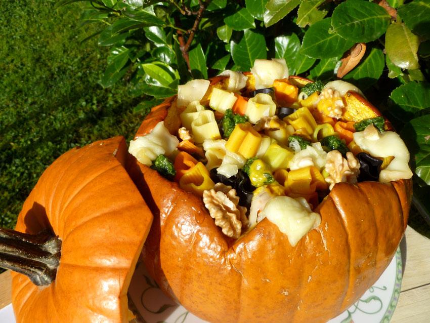 Rezeptidee zum Halloweenfest: Gebackener Kürbis mit bunten Nudeln & Walnuss-Petersilienpesto