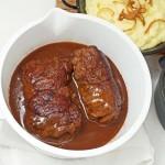 Saftige Rinderrouladen mit viel Soße. Dazu Blaukraut und locker, luftiges Kartoffelpüree...