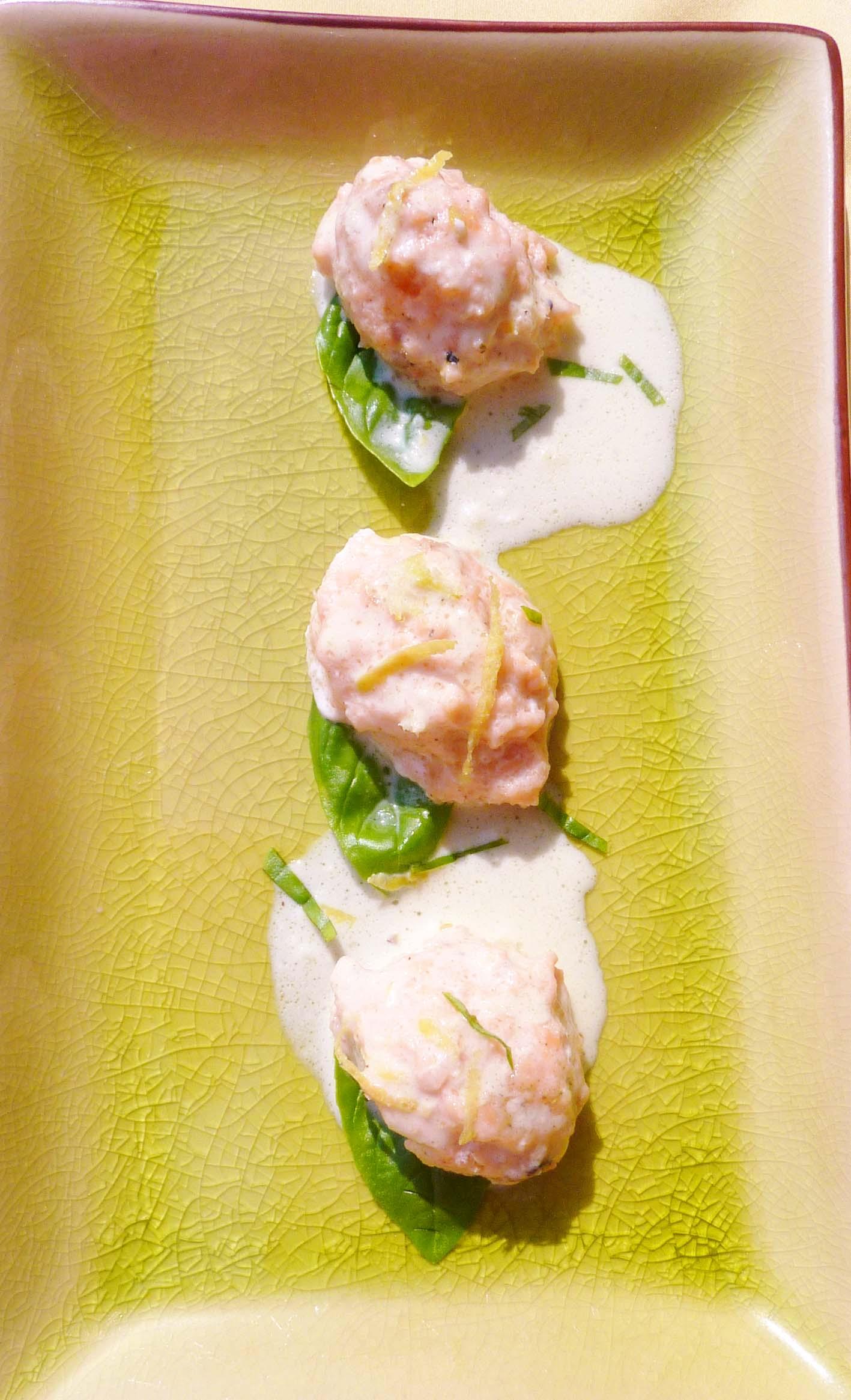 Lachsforellenklösschen mit Basilikumsoße