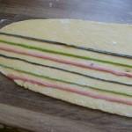 Hausgemachte Nudeln mit bunten Streifen