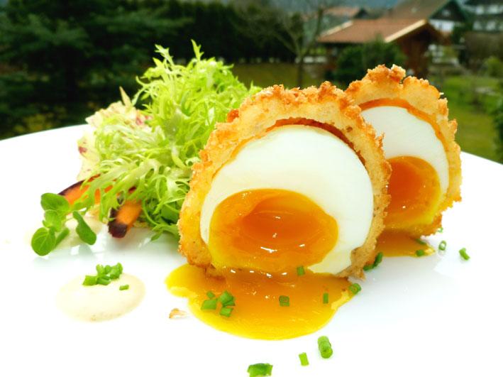 Knusprig gebackenes Ei mit Friseesalat