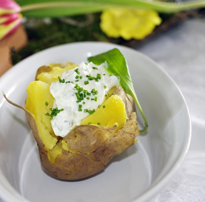 Bärlauch-Schnittlauch-Creme mit gebackenen Kartoffeln