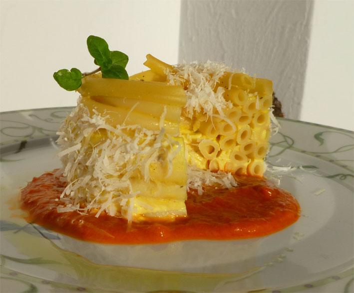 "Maccaroni-Käseauflauf ""Mini"" mit Paprikasoße"
