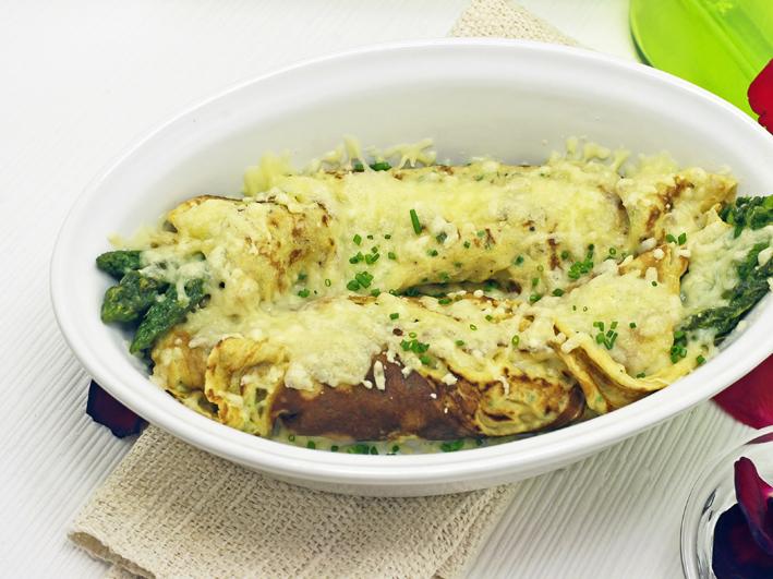 Spargel in Butter-Sauce mit Kräuter-Flädle und Käse überbacken