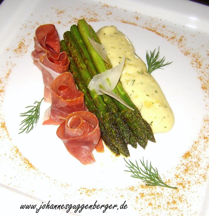 Grüner Spargel mit Dill-Kartoffelpüree und gerauchten Schinken