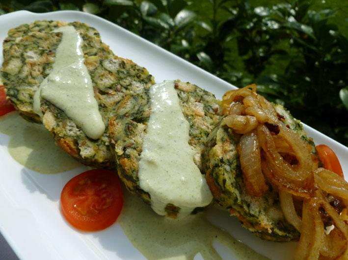 Spinat-Serviettenknödel mit Käsesauce