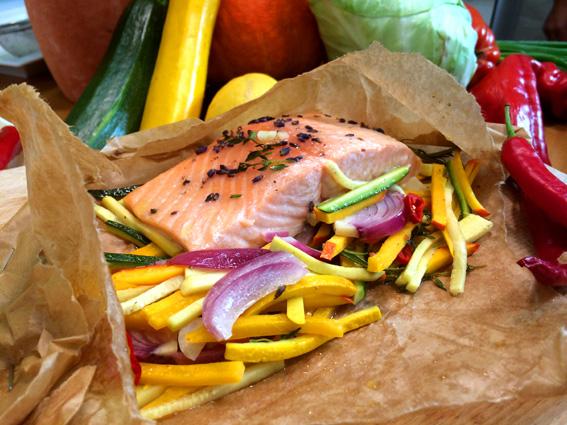Lachsforelle im Backpapier mit marinierter Zucchini, Kürbis und Lavendel