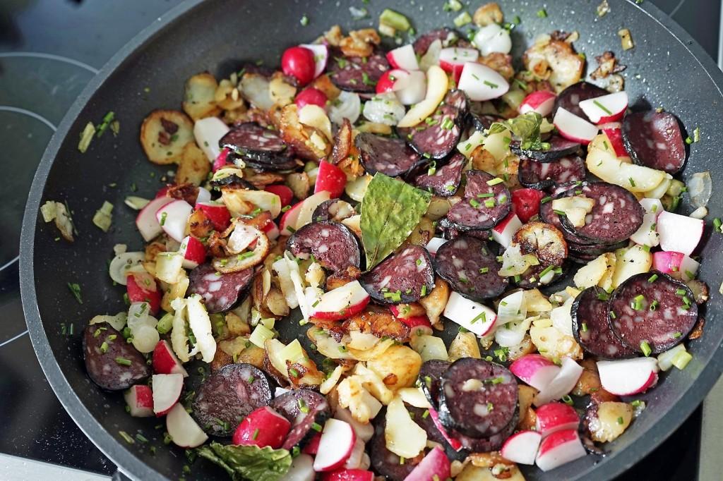 Saure Bratkartoffeln mit Schwarzwurst und Radieschen