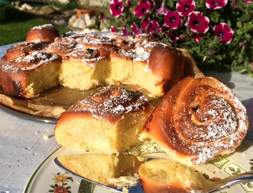 Rosenkuchen mit Aprikosen, Rosenwasser und Marzipan