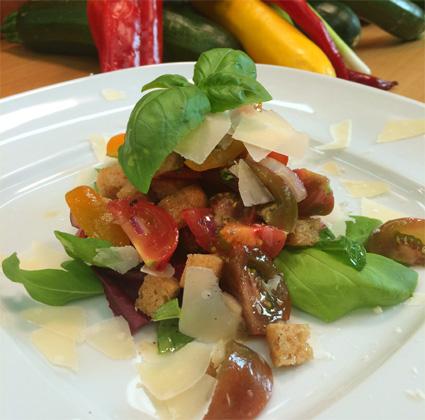Tomaten-Brotsalat mit reifem Almkäse und Basilikum