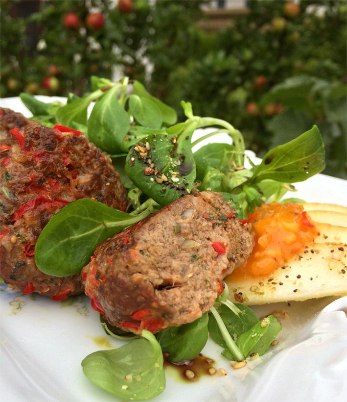 Wildfleischküchle (Frikadellen) mit Feldsalat