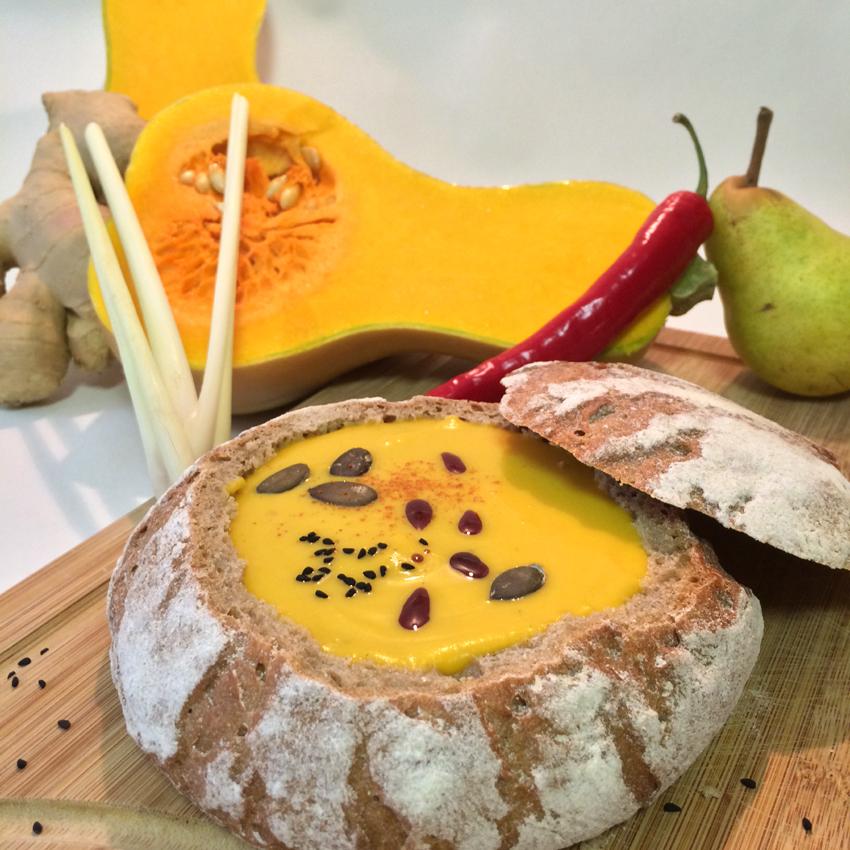 Butternut-Kürbissuppe mit Birne, Zitronengras und Ingwer