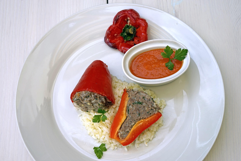 Gefüllte Paprika mit Reis und Tomaten-Sauce