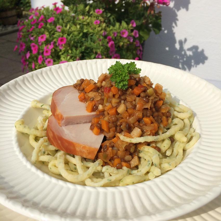 Petersilienspätzle mit Gemüse-Linsen und Kaiserfleisch