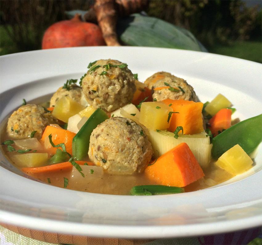 Bunter Gemüsetopf mit Huhn-Kürbisbällchen und Kräuter