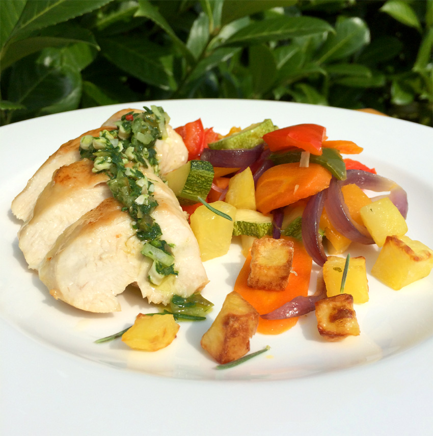 Zart gebratene Hühnchenbrust mit Rosensalz, Ofengemüse, Kräutersoße & Rosmarinkartoffeln