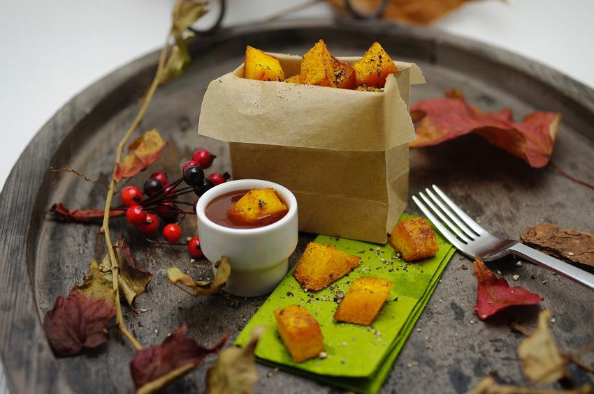 Frittierte Kürbis-Stücke mit Hagebutten-Dip