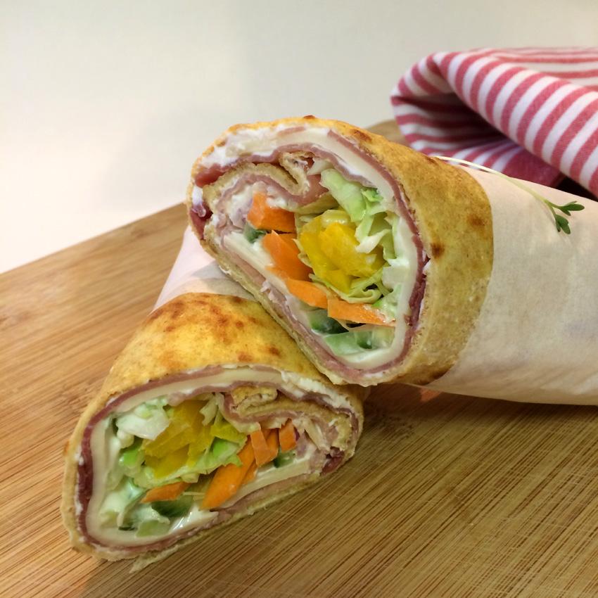 Gesunde Snacks: Einkornwraps mit Schwarzwälder Schinken, Allgäuer Emmentaler und Salat