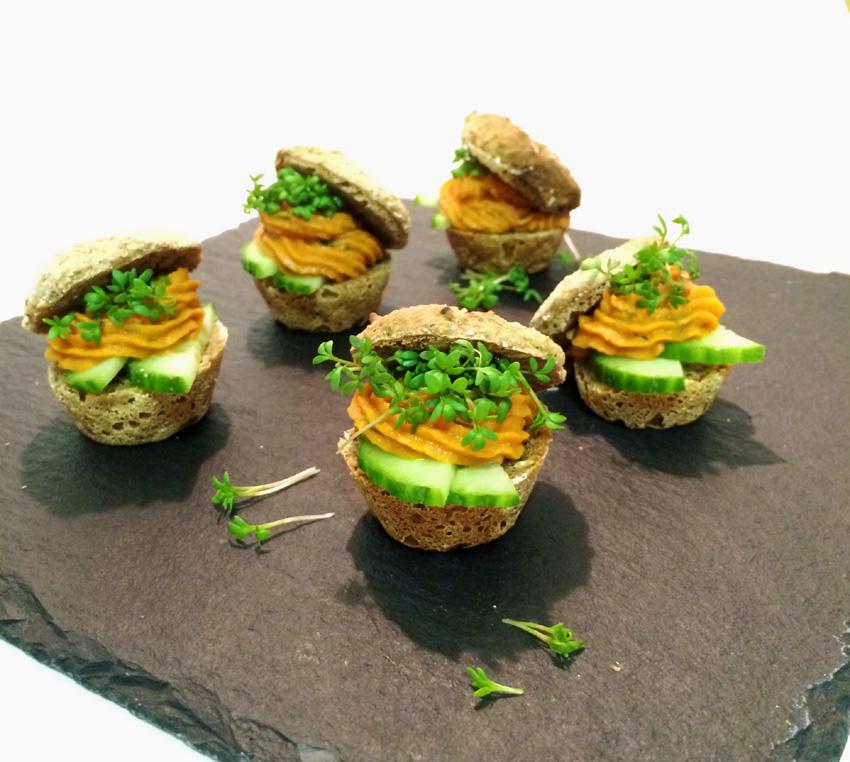 Der gesunde Snack: Mini Emmerweckle mit pikantem Linsenaufstrich