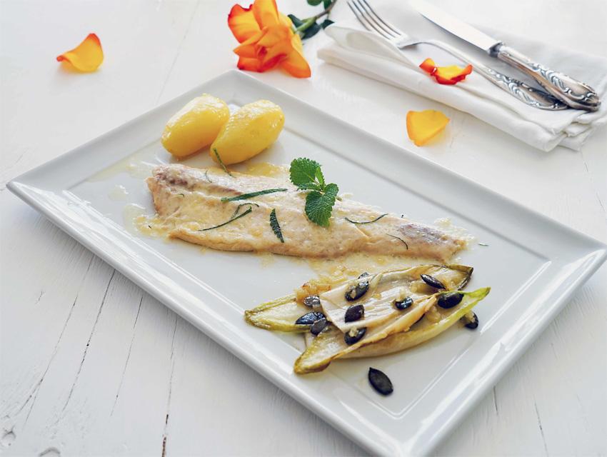 Geräuchertes Forellen-Filet mit Bergkäse überbacken, Zitronen-Melisse, Kartoffeln und gebratenem Chicorée mit Kürbis-Kernen