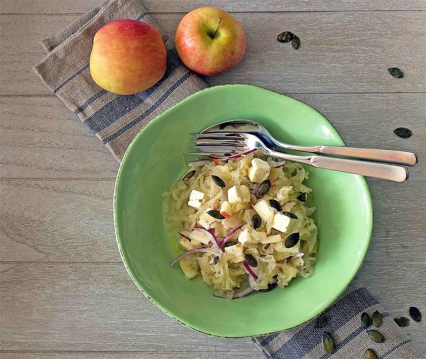 Sauerkraut-Salat mit Schafskäse, Apfel, Honig und gerösteten Kürbiskernen