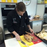 Dirk Brunner tranchiert fachgerecht das in Salzteig gegarte Sundheimer Huhn
