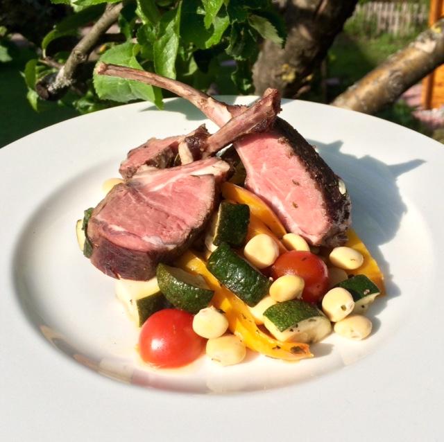 Lamm Stilkotellets mit Bohnen und buntem Gemüse