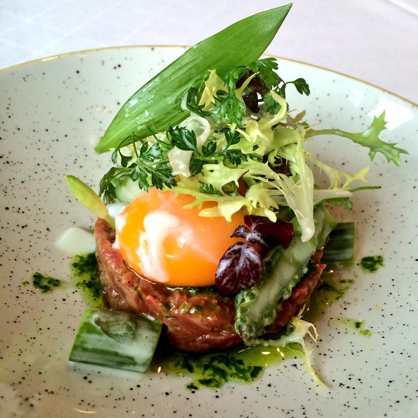 Tartar vom Limpurger Ochsen mit pochiertem Ei, grünem Spargel und Salat
