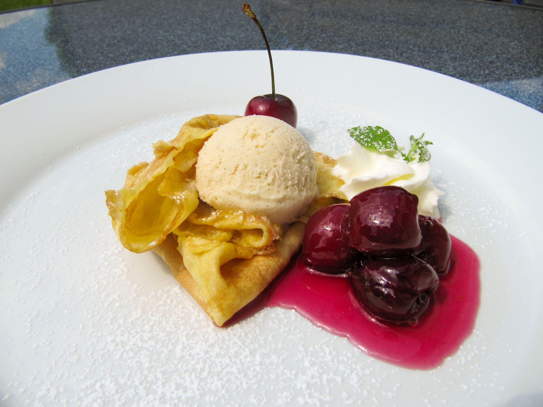 Süße Flädle mit Vanilleeis und Rotweinkirschen