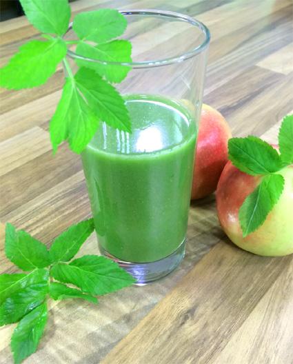 Grüner Smoothie mit Apfel, Gurke und Kräutern