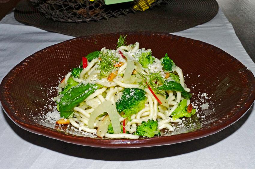 Lauwarmer Nudel-Salat mit Broccoli, Fenchel, Apfel und geriebenem Bergkäse